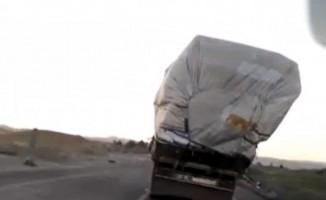 Yük taşıyan kamyondan tehlikeli yolculuk