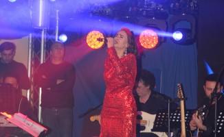 Yıldız Tilbe ve Ece Seçkiner sevgililer gününde Uludağ'ı salladı