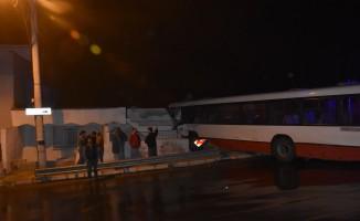 Kontrolden çıkan otobüs eve böyle girdi