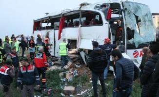 Yolcu otobüsü şarampole devrildi! 4 ölü, 34 yaralı