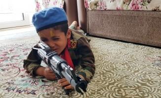 Asker elbiseli çocuk sosyal medyada ilgi odağı oldu