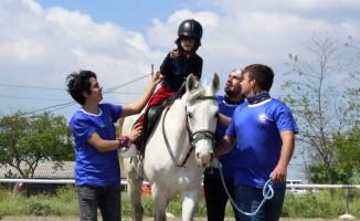 Bursa'da Üniversiteliler engelli çocukları ata bindirdi