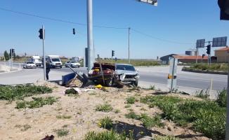 İki otomobil kafa kafaya çarpıştı! Yaralılar var