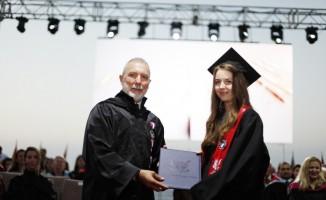 Öğrenciler uzun bir maraton sonrası diplomalarını aldılar