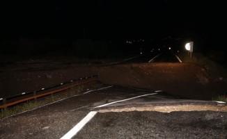Sel suları köprüyü yıktı! Onlarca araç...