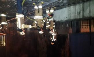 Hastanenin yanında bulunan fabrikada çıkan yangın paniğe neden oldu