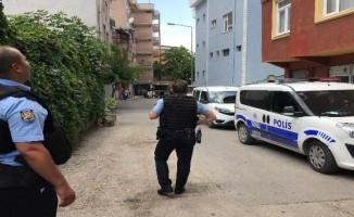 Silahla annesini rehin alıp, polislere ateş açtı