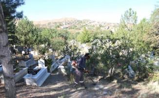 Bayram öncesi mezarlıklar bakıma alındı