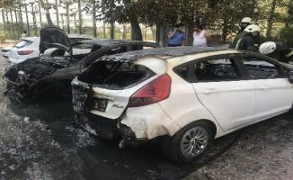 Bursa'da park halindeki 2 otomobil alev alev yandı.