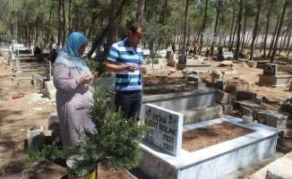 Çocuklardan şehit mezarlarına anlamlı ziyaret
