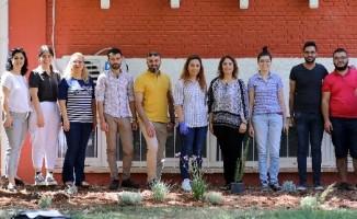 GAÜN'de Türk ve Suriyeli öğrenciler el ele çiçek diktiler