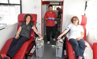 Hastane çalışanları kan stokları azalmasın diye kan verdi