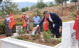 Kaymakam Sezgin, şehit mezarlarına karanfil bıraktı