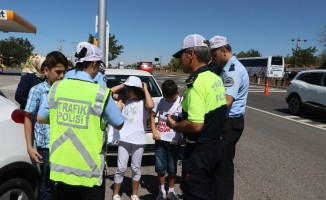 Kırmızı düdüklü çocuk polisler iş başında