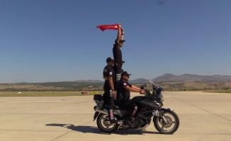 Motosikletli yunus ekipleri nefes kesti