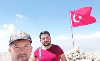 Şehitler için 3024 Rakıma Türk Bayrağı dikti