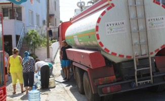 Susuzluktan kavrulduklarını belirten mahallelinin imdadına Ayvalık Belediyesi su tankerleriyle yetişti
