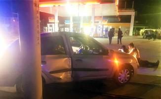 Tramvay yolundaki direğe çarpan otomobil sürücü yaralandı