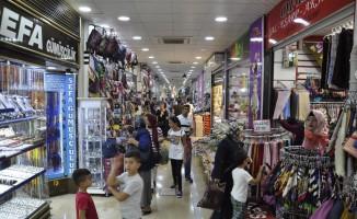 Vatandaşlar sıcaktan korunmak için kapalı çarşılara akın etti