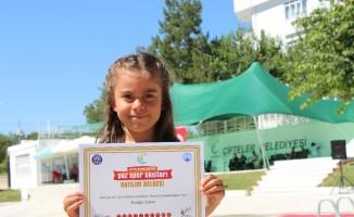 Yaz okulu öğrencileri şenlik havasında sertifikalarını aldı