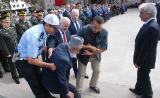 88 yaşındaki Kore Gazisi, törende rahatsızlanınca polis otosu ile evine götürüldü