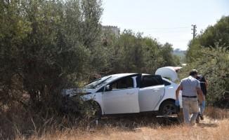 Ağaca çarpan otomobilde bıçaklanmış olarak bulundu, hastanede öldü