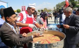 Edremit Belediyesi bin 500 kişiye aşure dağıttı