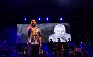 Emre Kaya'dan konserlerinde ustalara saygı