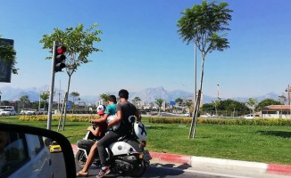 Gençlerin motosiklet üzerinde tehlikeli yolculuğu