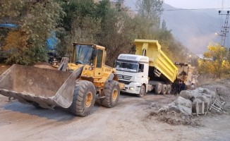 Hakkari'deki asfalt çalışması zor şartlar altında sürüyor