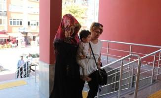 Kiralık araç ile eroin sevkiyatı yapan aile 2 yaşındaki kızları ile adliyeye sevk edildi