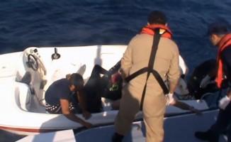 Kuşadası Körfezi'nde kaçak göçmenlerin bindiği lastik bot battı