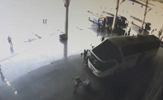 Manisa'da otobüsün yolcuların arasına dalma anı kamerada