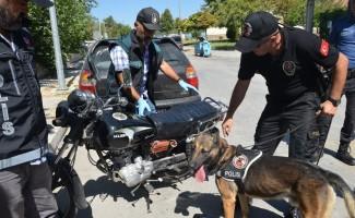 Okul önünde motosiklete zulananan esrarı, narkotik köpeği buldu