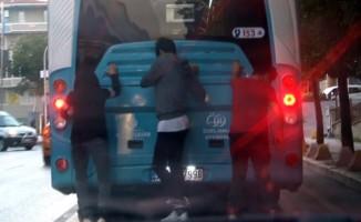 (ÖZEL) Patenli gençlerin trafikte ölümle oyunu kamerada