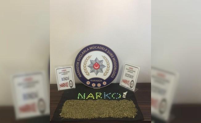 Polisi gören şüpheliler uyuşturucu dolu poşeti araçtan attı