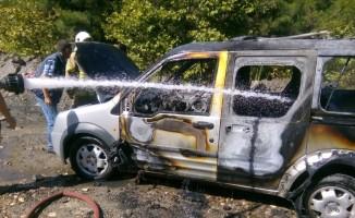 Ticari araç yanarak kullanılamaz hale geldi