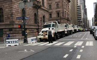 Trump'a New York'ta kum yüklü kamyonlarla koruma