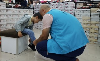 470 çocuğa ayakkabı hediye edildi