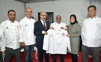 Adanalı aşçılardan Vali Demirtaş'a aşçı üniforması