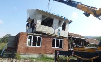 Baba yadigarı evi, kendi evinin üzerine taşıdı