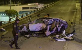 Başkentte otomobil yön levhası direğine çarptı: 2 ölü, 1 yaralı