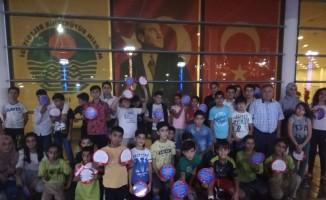 Çocuk komitesinde bulunan çocuklar bu kez de tiyatro izledi