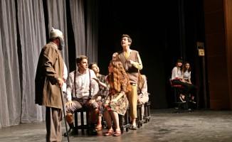 Efeler Belediye Tiyatrosu yeni sezonu alkışlarla açtı