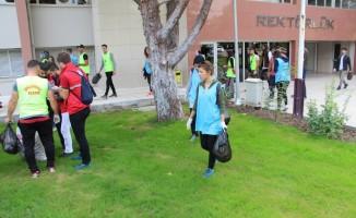 FÜ öğrencileri, çöpleri topladı