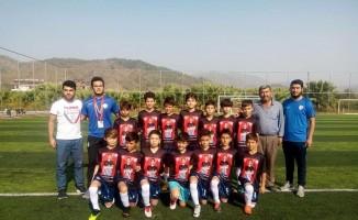 Genç futbolcular trafik kazasında hayatını kaybeden antrenörünü unutmadı