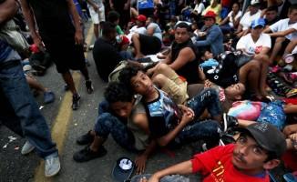 Göç kervanı, Meksika sınırını geçmeyi başardı