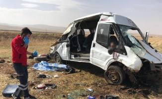Göçmenleri taşıyan minibüsün şoförü uyudu: 2 ölü, 23 yaralı
