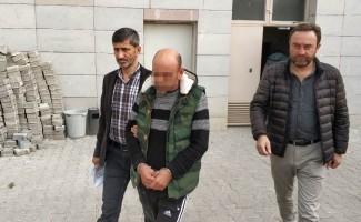 Hakkında 10 yıl hapis cezası bulunan şahıs sahilde içki içerken yakalandı