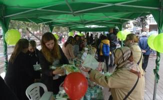 Hazırladıkları yiyecek ve benzeri ürünler LÖSEV yararına satışa sundular